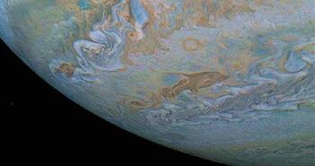 Kỳ thú đám mây hình cá heo bay qua sao Mộc