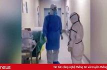 Vợ chồng trẻ làm cùng bệnh viện không dám ôm nhau vì sợ Covid-19