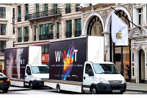 Huawei dựng xe tải quảng cáo P20 series trước cửa hàng Samsung và Apple