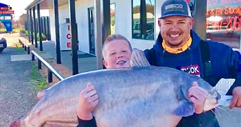 Bé 13 tuổi câu được cá da trơn to khủng khiếp, phá kỷ lục