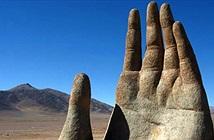 Tại sa mạc khô cằn nhất thế giới ẩn chứa một bàn tay khổng lồ như đang kêu cứu