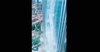 Thác nước hơn trăm mét đổ xuống từ tòa nhà chọc trời