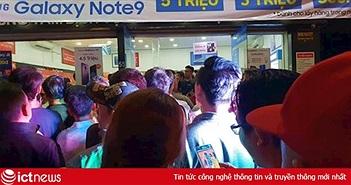Dòng người chờ mua Galaxy Note9 đã xếp hàng từ sáng ngày 23, 12 giờ đêm vẫn chưa hạ nhiệt
