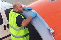 Chấn động: Dùng băng dính sửa vỏ máy bay hư hỏng
