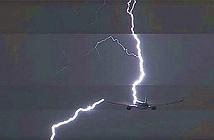 Tại sao máy bay hay bị sét đánh trúng?