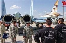"""Phi công Mỹ """"ngẩn ngơ"""" ngắm Su-35 của Nga"""