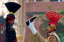 Những nghi lễ quân đội quái dị và hài hước