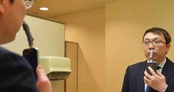 Độc đáo smartphone kết nối máy xén… lông mũi