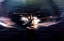 Ngoạn mục trực thăng CH-47 hạ cánh trên mặt nước