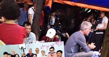 """Đầu bếp Mỹ ăn bún chả cùng Tổng thống Obama """"lộ"""" nhiều ảnh ở Hà Nội"""