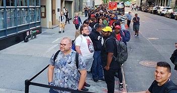 """Cả nghìn người Mỹ xếp hàng mua """"kẻ hủy diệt iPhone X"""""""