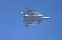 """TQ khoe khả năng """"thồ hàng"""" của chiến đấu cơ J-20"""