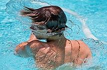 Lắc đầu đẩy nước ra khỏi tai có thể gây tổn thương não của trẻ