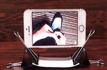 Dùng kẹp giấy làm đế điện thoại và giữ dây cáp máy tính