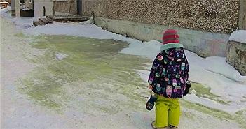 Tuyết xanh độc hại bao phủ thành phố Nga