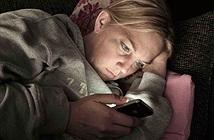 Dùng smartphone ban đêm dễ gây ung thư mắt?