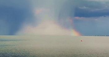 Cận cảnh đám mây kỳ lạ như bom nguyên tử ở hồ Balaton