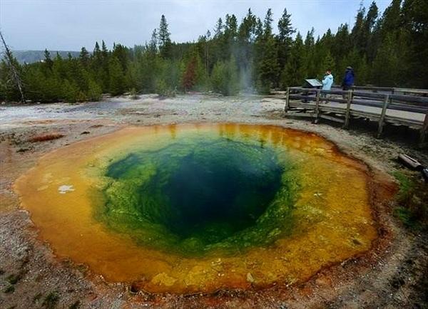 Suối nước nóng đổi màu kỳ ảo