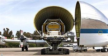 """""""Chim sắt"""" của NASA chở tàu vũ trụ tới cơ sở thử nghiệm"""