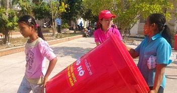 MobiFone hỗ trợ thùng chứa nước cho bà con vùng hạn mặn