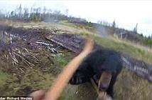 Kinh hoàng giây phút gấu đen điên cuồng vồ thợ săn