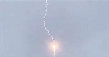 Khoảnh khắc tên lửa Nga bị sét đánh khi mang vệ tinh lên quỹ đạo