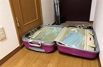 Đặt vali trước nhà vệ sinh, cô gái suýt chết chỉ vì...