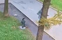 Đang đi dạo cùng mẹ, đứa trẻ bất ngờ lọt xuống hố ga