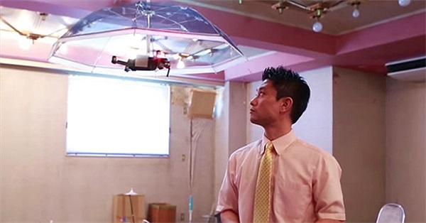 Free Parasol - Drone biến thành chiếc dù che mưa giúp bạn rảnh tay làm việc khác