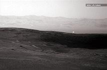 Ánh sáng trắng kỳ lạ và giả thuyết về sự sống trên Sao Hỏa