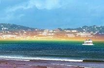 Hiện tượng hiếm gặp: Cầu vồng dẹt vắt ngang mặt biển