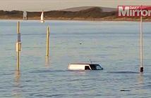 Anh: Siêu trăng máu gây triều cường cuốn ô tô ra biển