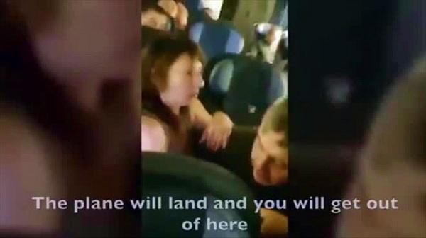 """Cặp đôi thản nhiên làm """"chuyện ấy"""" trên máy bay, bị tiếp viên can thiệp"""