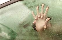 Ra ô tô để lấy túi xách bỏ quên, người vợ phát hiện cảnh tượng đau lòng