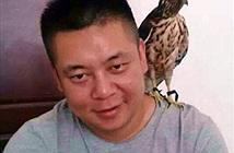 Nhân viên bảo tồn động vật ăn thịt chim quý