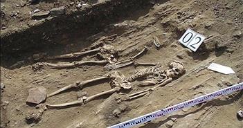 Hài cốt cặp vợ chồng nắm tay 5000 năm không rời ở Nga