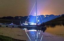 Khoảnh khắc vi diệu Milky Way nghiêng mình trên thuyền buồm