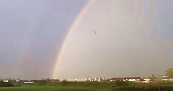 Xôn xao vật thể lạ văng ra từ cầu vồng trong cơn bão