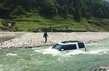Chuyện lạ hôm nay: Tiếc tiền rửa xe, chàng trai lái xe xuống sông và...