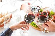 Lý do chúng ta nâng ly chúc mừng và cụng ly trước khi uống rượu