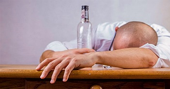 Đừng uống bia rượu đến nỗi say khướt vì nó có thể ảnh hưởng đến não