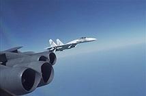 Cận cảnh Su-27 Nga tạt đầu B-52 trên Biển Đen khiến Mỹ tức giận