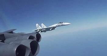 """Cận cảnh Su-27 Nga """"tạt đầu"""" B-52 trên Biển Đen khiến Mỹ tức giận"""