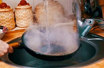 Tại sao không nên rửa chảo nóng dưới vòi nước lạnh?
