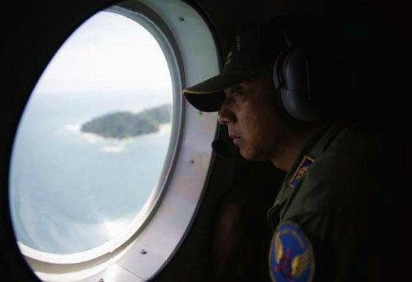 Ba thi thể hành khách AirAsia nắm tay nhau
