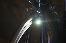 Không cần pin, chẳng cần dây, cũng chẳng có ma sát, chiếc đèn dành cho xe đạp này làm thế nào để có thể phát sáng khi di chuyển?